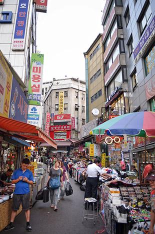 9b4c2da5a33 四方八方に広がる道がつながり、一つの市場として成り立つ南大門市場には約1万軒の商店が立ち並んでおり、1日50万人が利用する韓国の巨大在来市場として韓国旅行には  ...